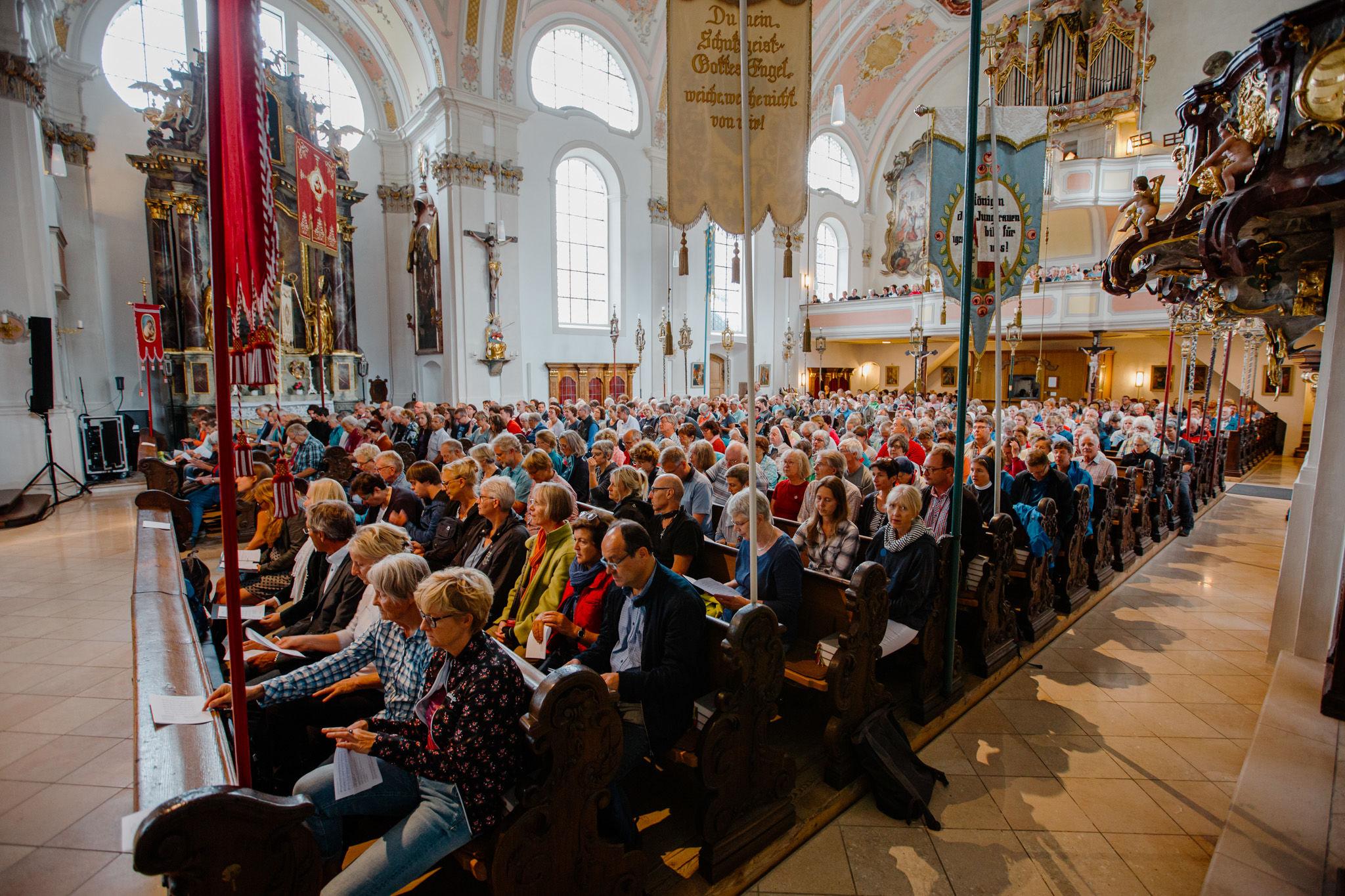 Ein seitlicher Blick auf die Gemeinde im Kirchenschiff.