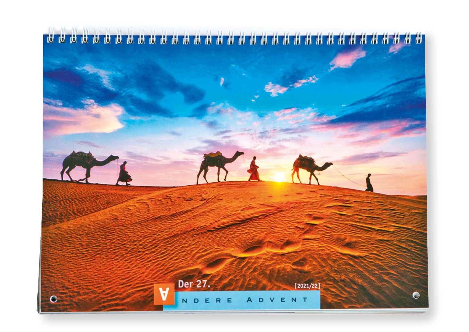 Der Titel des Anderen Advent zeigt 2021 eine Karawane mit drei Kamelen in der Wüste
