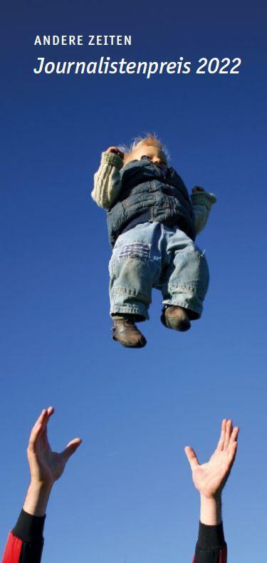 Das Foto zeigt in die Luft gestreckte Arme und ein Baby, das in den Himmel geworfen wird.