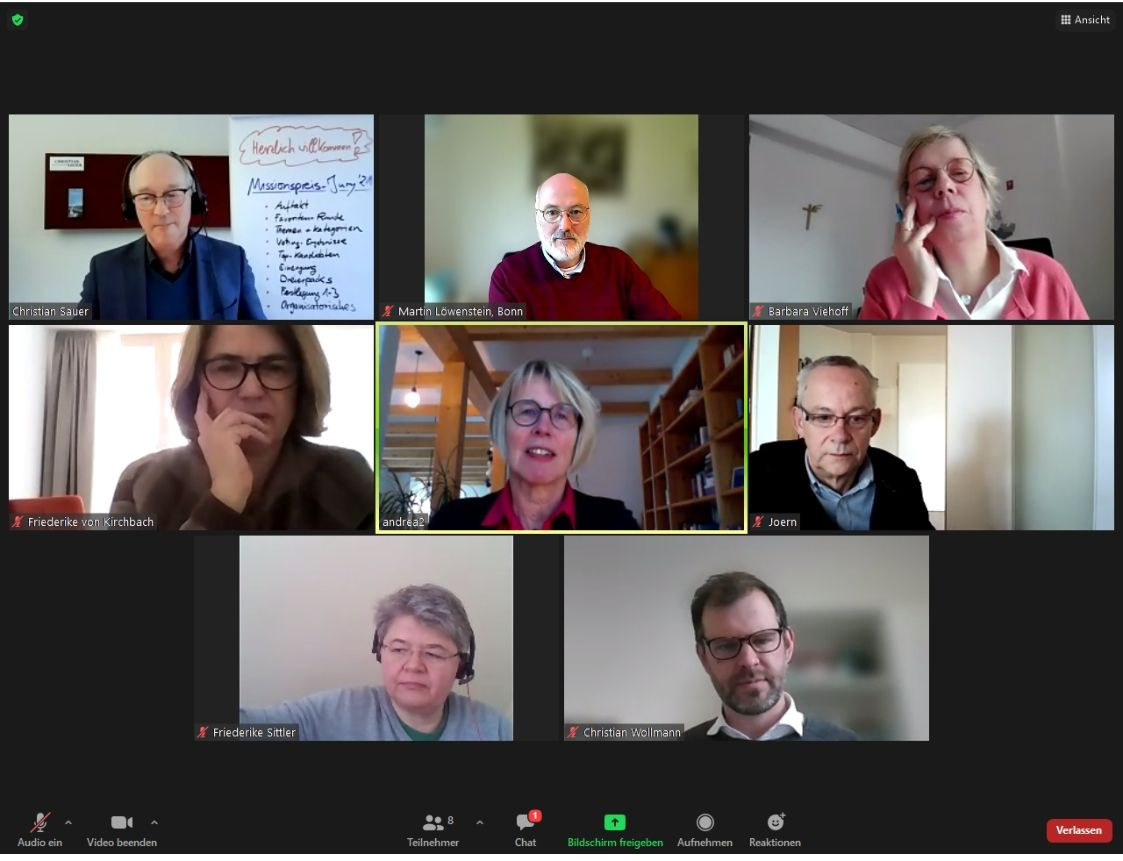 Eine Bildschirmansicht der Videokonferenz mit acht Teilnehmenden der Jury.
