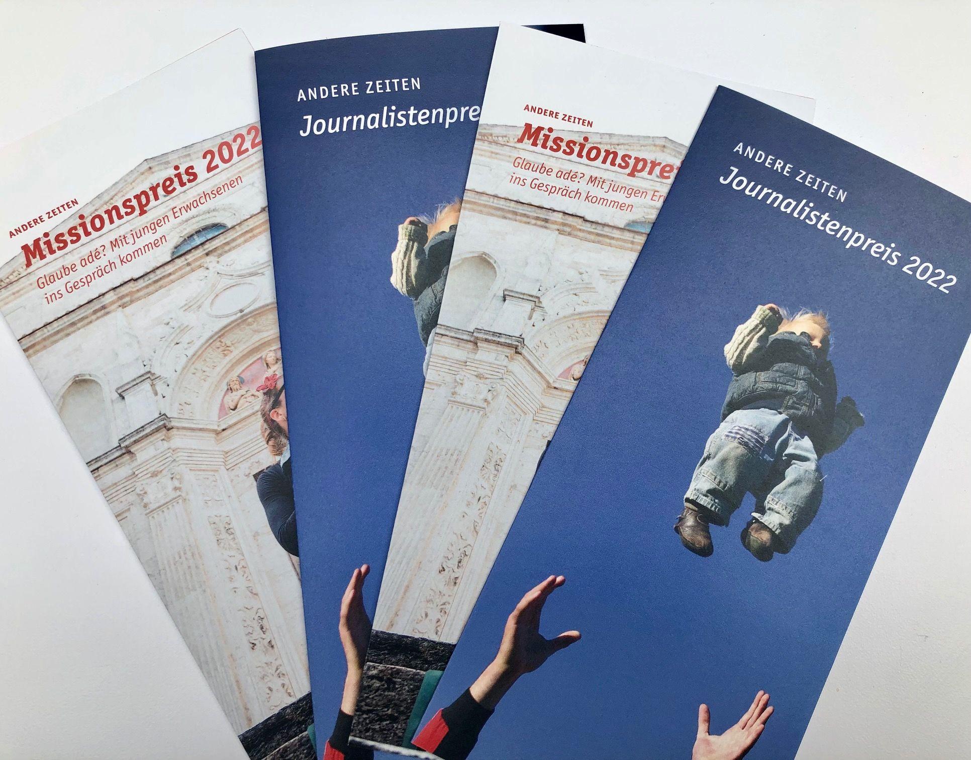 Die Titelfotos der Flyer für den Missionspreis und den Journalistenpreis auf weißem Untergrund.