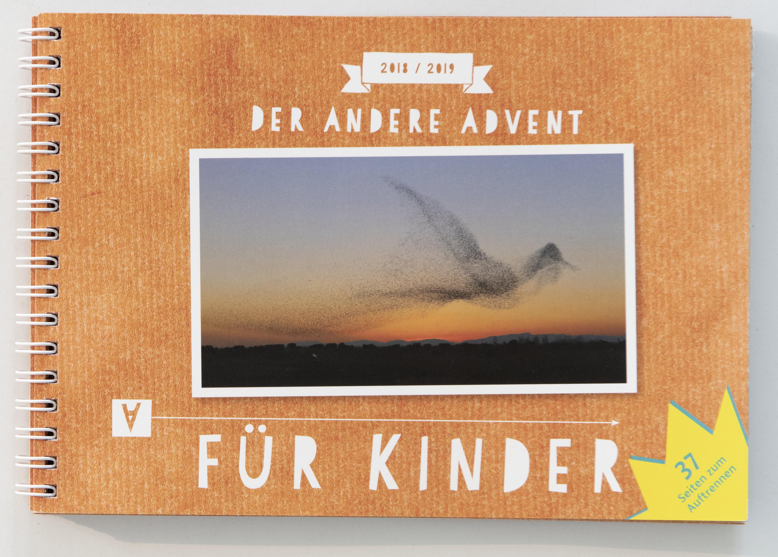 Das Titelblatt des Kinderkalenders zeigt wie Der Andere Advent das Foto eines Starenschwarms, der einen Vogel am Himmel formt