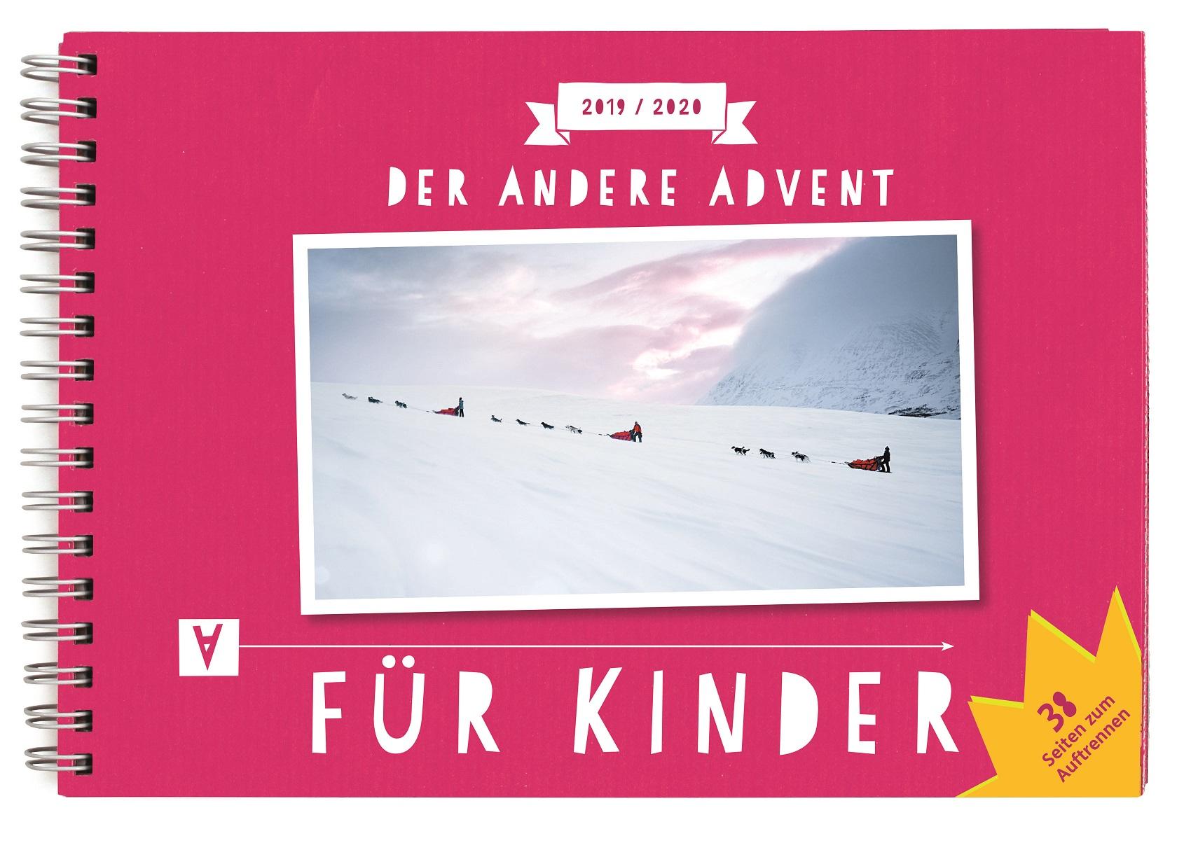 Der Titel des Kinderkalenders: Auf pinkrotem Rahmen das Foto des Anderen Advent, drei Schlitten mit Schlittenhunden auf einer Schneefläche