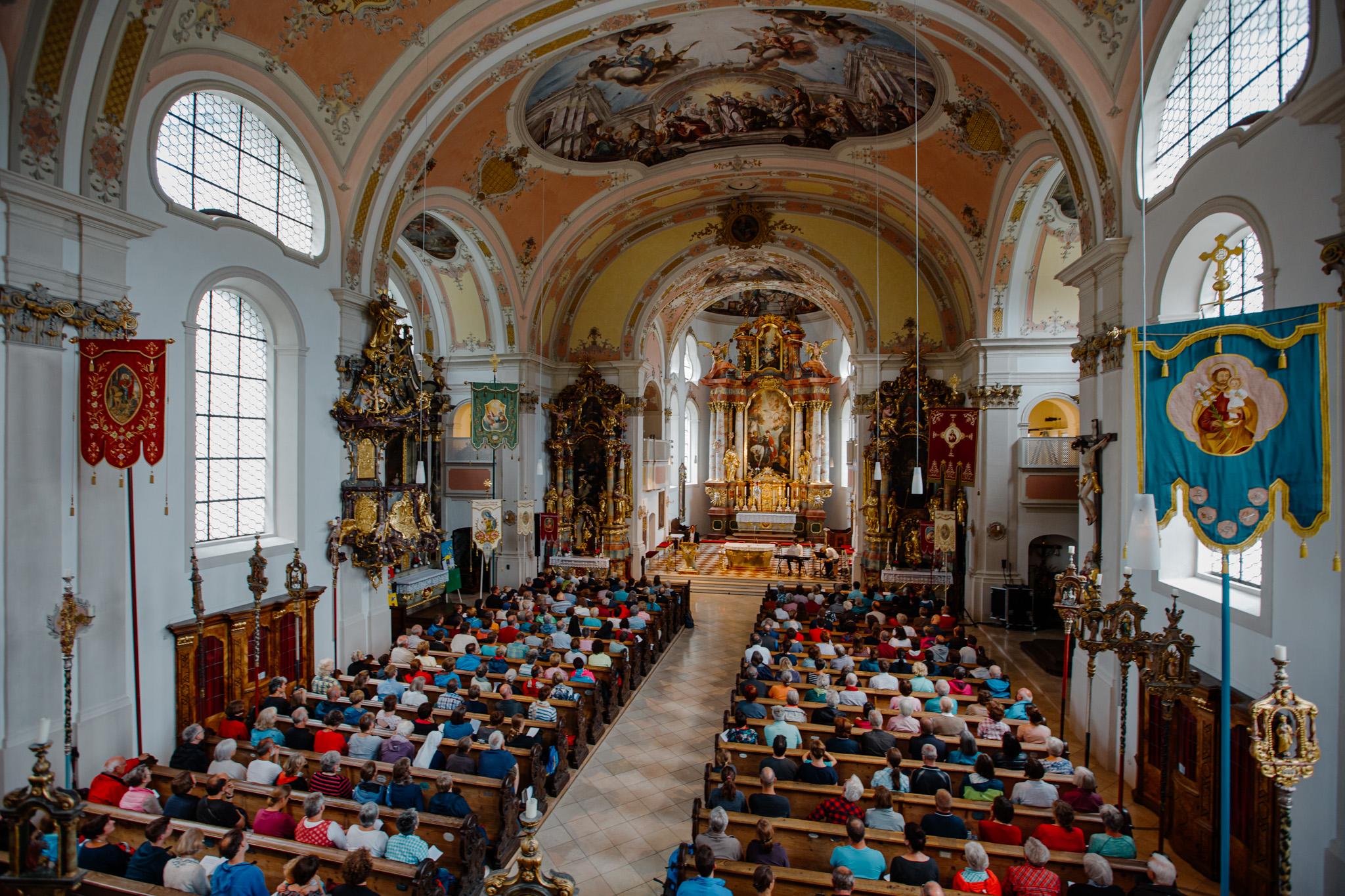 Ein Blick von der Empore in die vollbesetzte Kirche mit 500 Menschen.