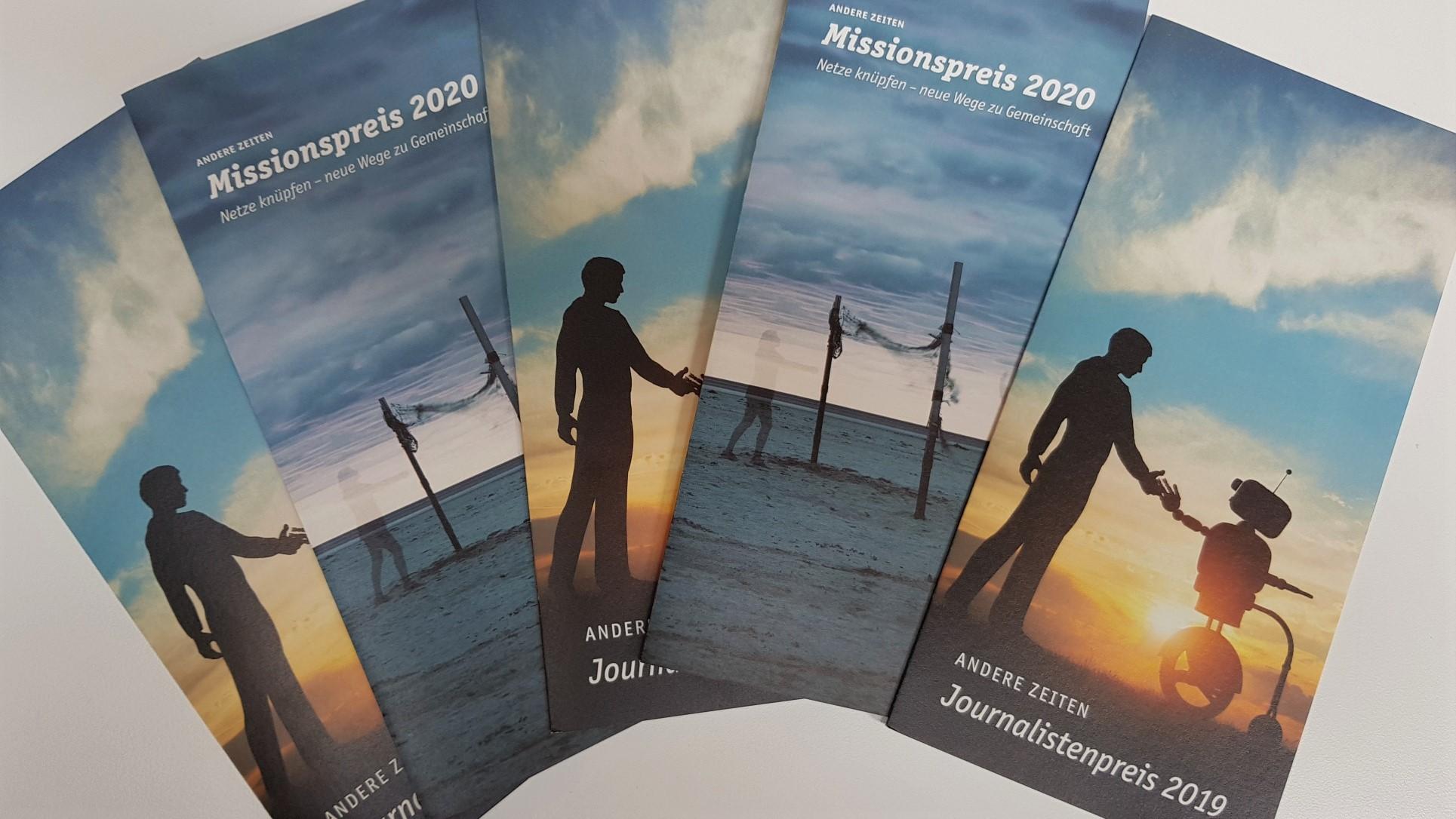 Blick von oben auf die Flyer zum Missions- und zum Journalistenpreis.