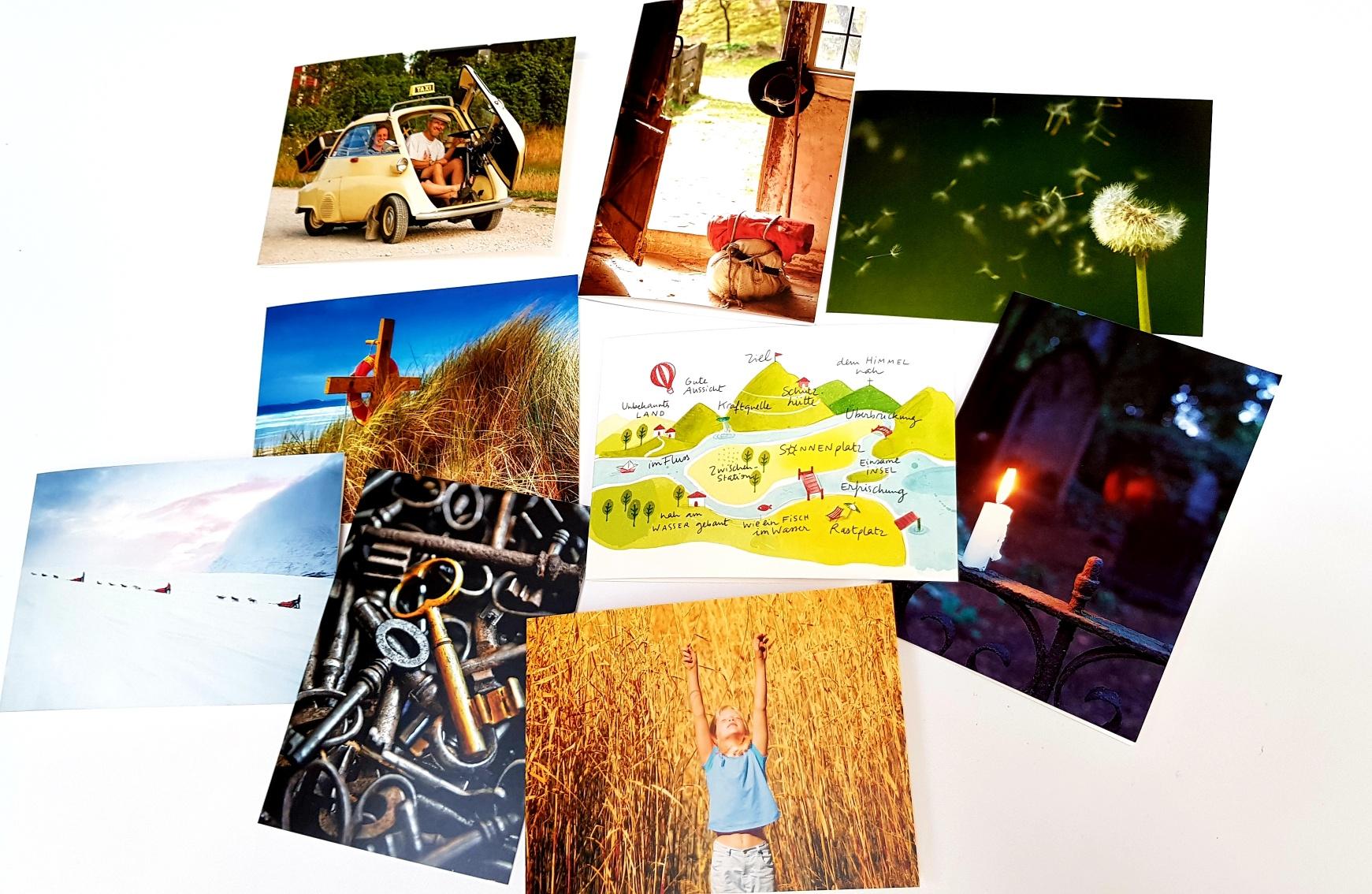 Die neun Postkarten aus dem Set auf einem Tisch